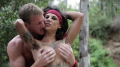 Inked bimbo Bonnie Rotten begs her lover to nail her outdoors